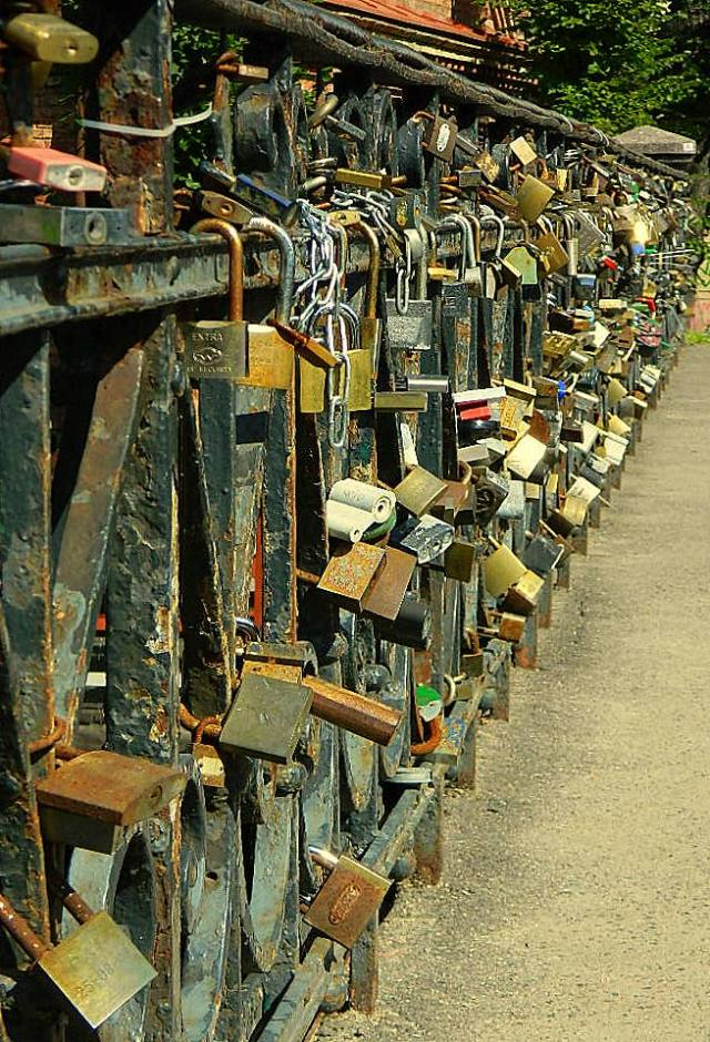 Uzupis bridge locks 1