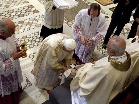 Papst Benedikt XVI wäscht Füsse