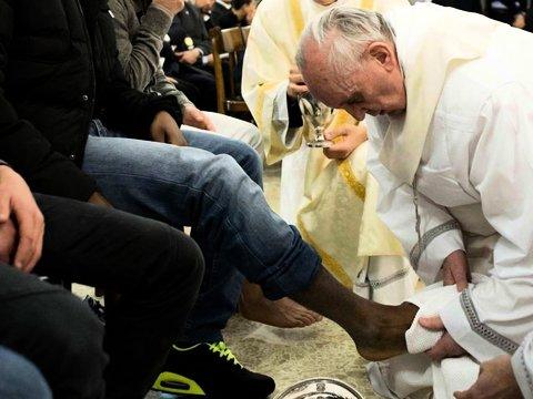 Papst Franziskus wäscht Füsse von Gefangenen