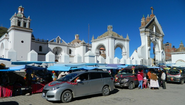 Autos vor Kathedrale.JPG