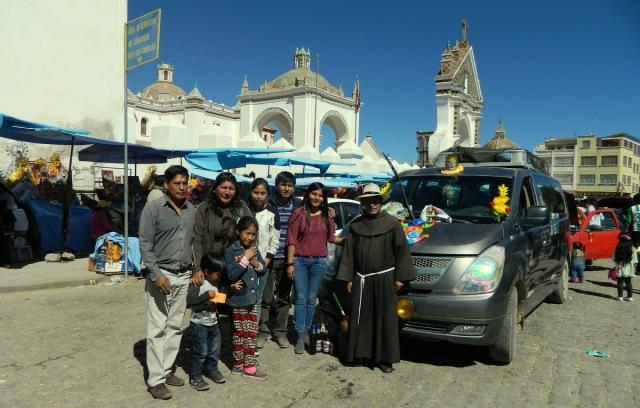 Priester mit Familie vor Auto.JPG