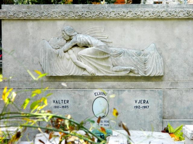 Friedhof Engel Kuss.JPG