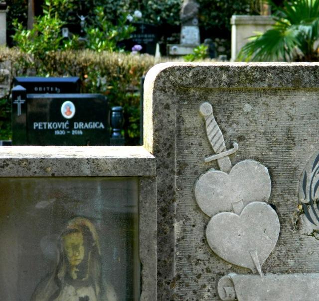 Friedhof Herz Dolch.JPG