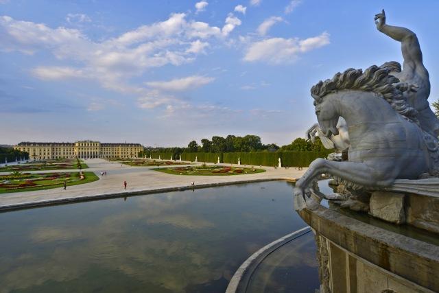 Brunnen von oben mit Figur Schönbrunn